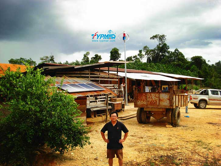 马来西亚居民风光互补系统 居民留影
